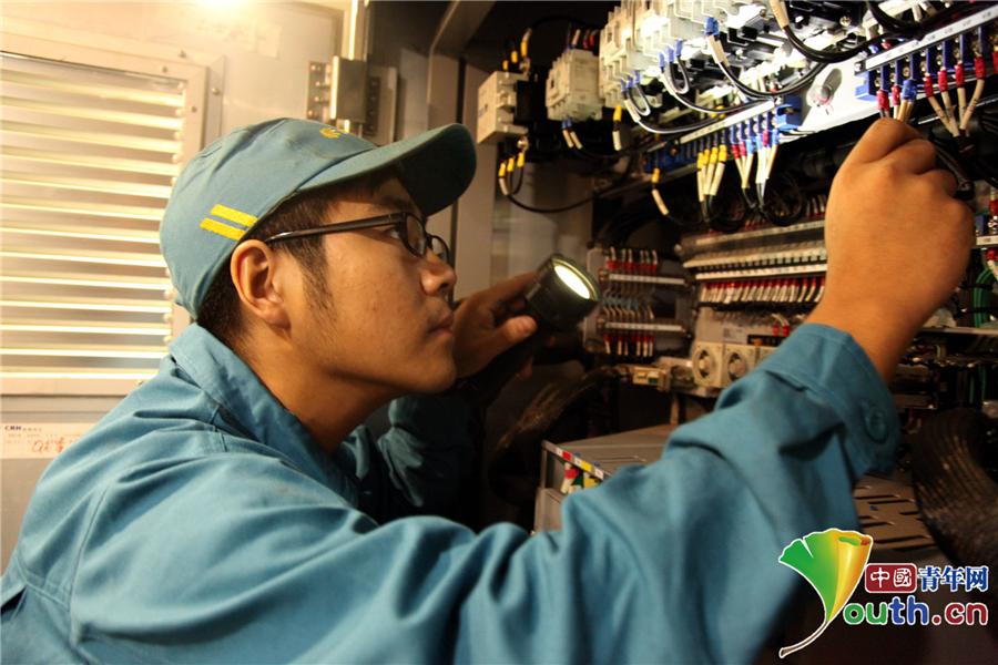 对动车组配电柜接线情况进行检查.中国青年网 许辉 摄
