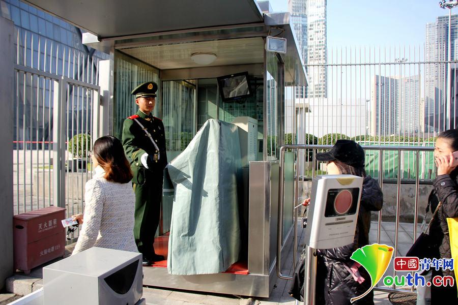 照上级通知驻京武警换着07式冬装,图为换着07式冬常服后执勤的哨图片