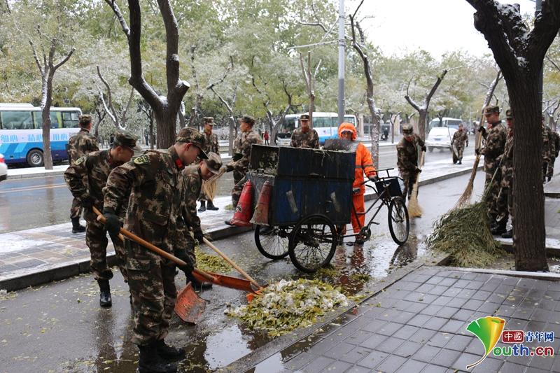 武警官兵街头扫雪忙图片