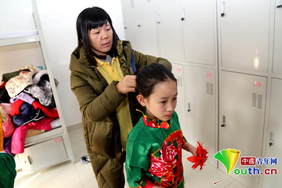 广州闪闪红星合唱团走进警营送祝福